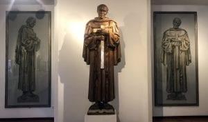 Escultura de San pedro de Alcantara en el museo de Comendador