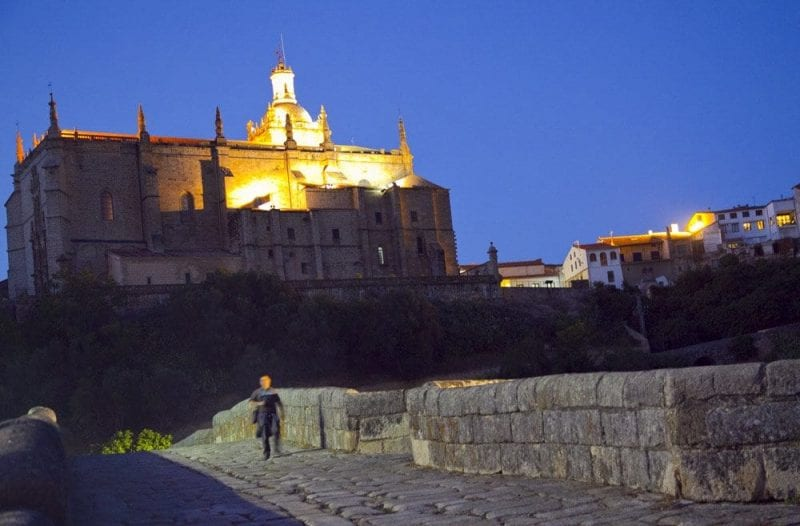 Vista nocturna de la catedral de Coria desde el puente sin río