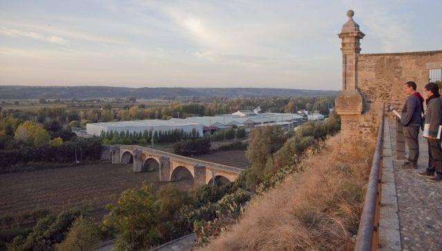 Vistas del puente romano desde el interior de la catedral