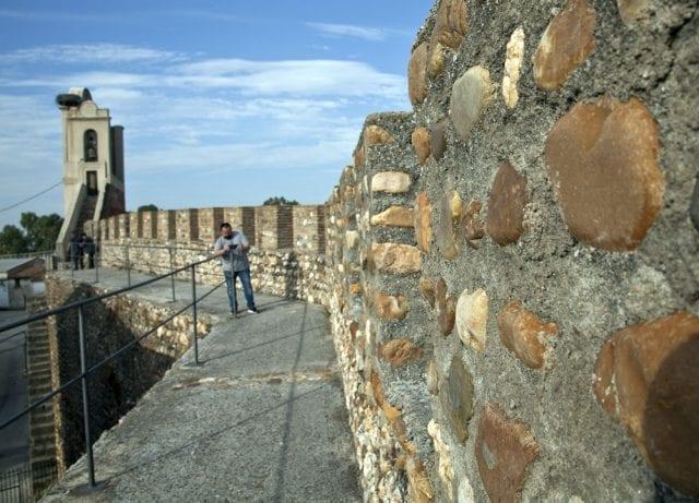 Se puede pasear por lo alto de la muralla de Galisteo