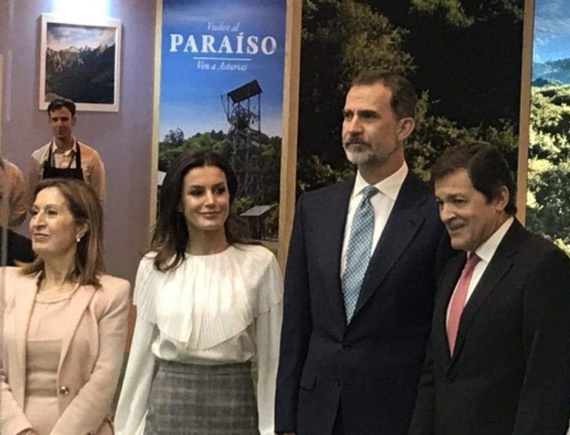 Los reyes en el stand de Asturias durante su visita con motivo de la inauguración de Fitur 2019