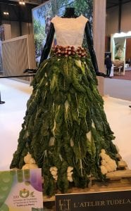 Vestido elaborado con verduras en el stand de Navarra en Fitur 2019