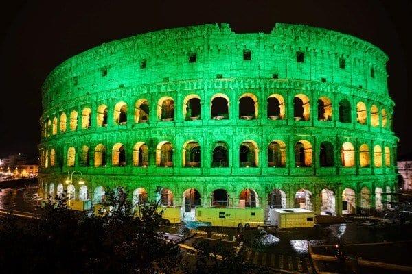 El coliseo romano iuminado de verde por San Patricio