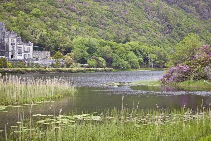 Kylemore está al borde de un lago