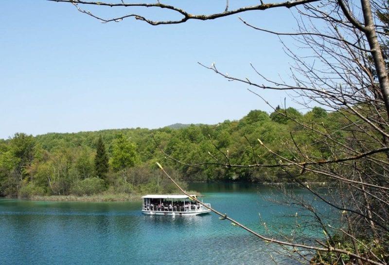 En Plitvice hay un barco que surca los lagos más grandes