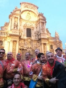 Un grupo sardinero frente a la catedral de Murcia