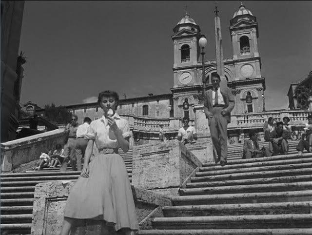 Escena de Audrey Hepburn en la Plaza e España de la película  Vacaciones en Roma (1953)