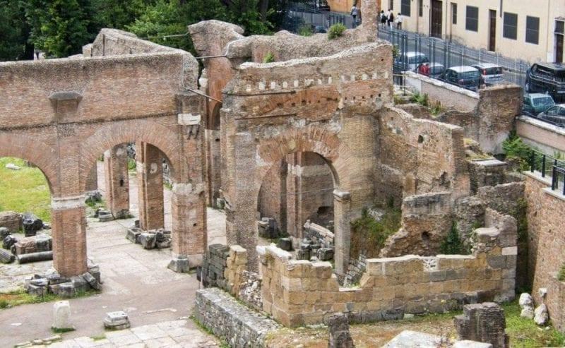 La visita al foro romano es una obligación si viajas  a Roma
