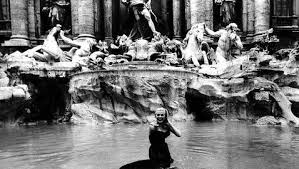 Escena del chapuzón de Anita Ekberg en la película Dolce Vita