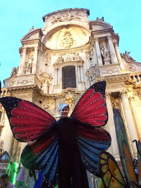 Una curiosa mariposa frente a la catedral de Murcia