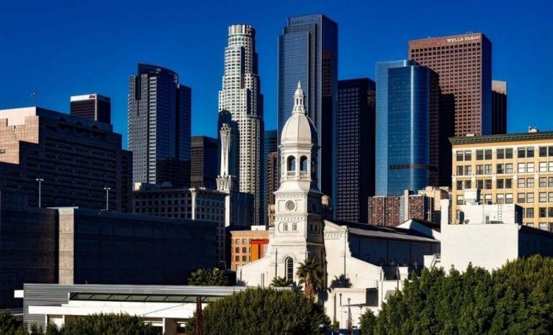 Imagen del dowtown de Los Ángeles con la catedral de Moneo en primer plano