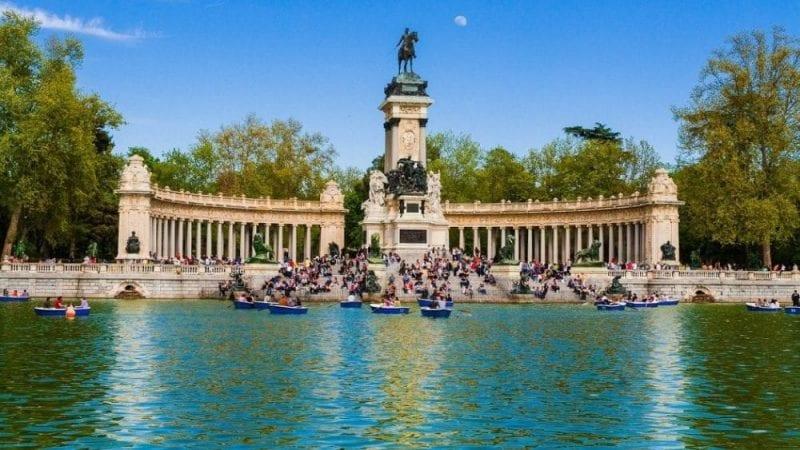 En el parque del Retiro se puede navegar en barca de remos