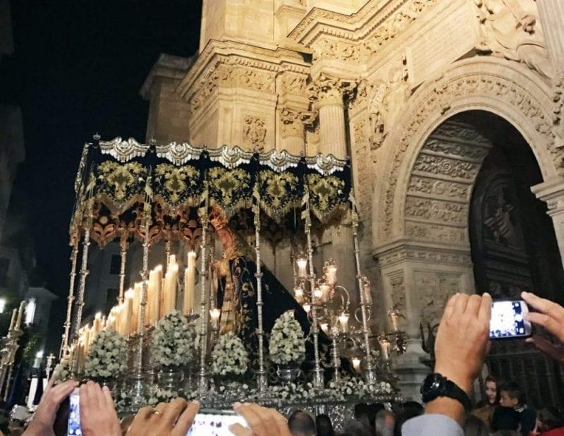 Un paso a su entrada a la Catedral de Málaga
