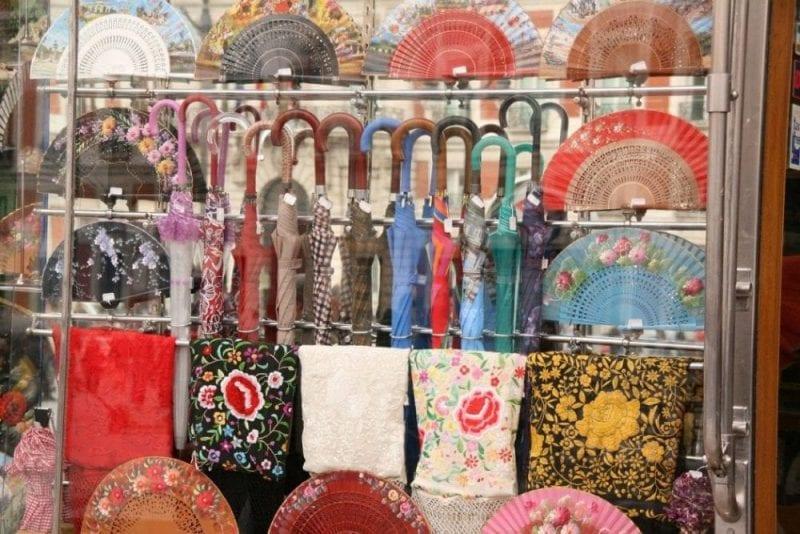 En el rastro hay tiendas tradicionales con sabor añejo