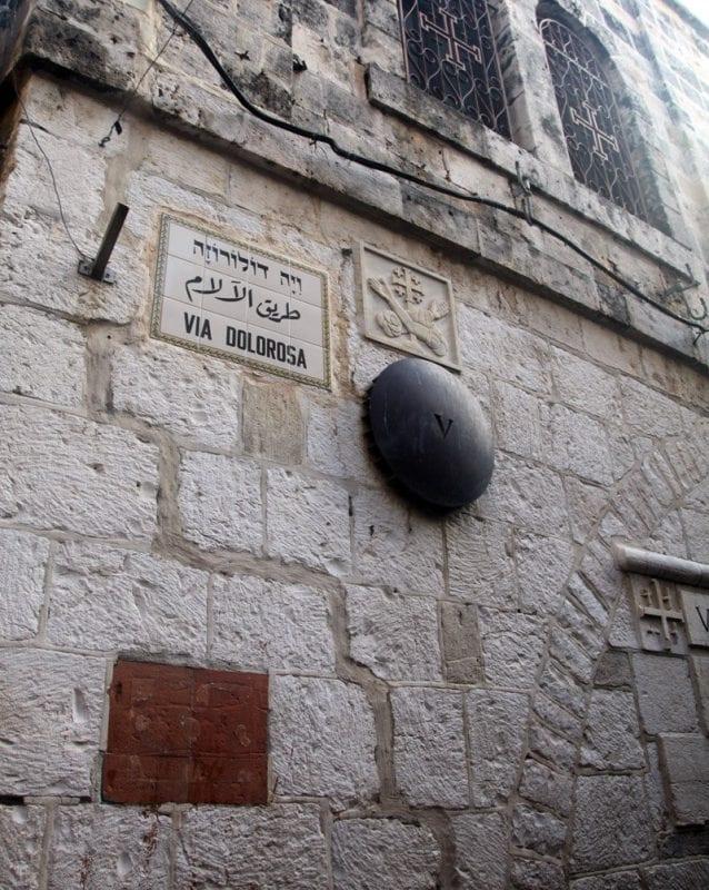 En la via dolorosa están marcadas las estaciones del Vía Crucis