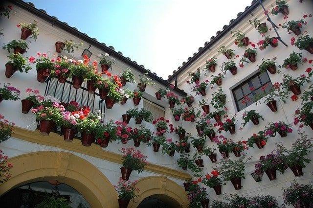 Imagen de un patio de Córdoba decorado