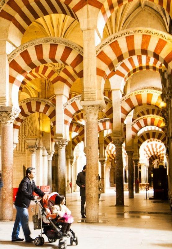 Un padre con carrito de bebé en la Mezquita Catedral en