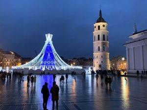 En Navidad la plaza de la Catedral de Vilnius acoge un gran mercadillo