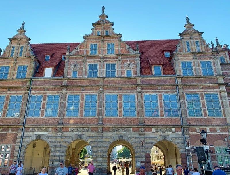 """La """"Casa Verde"""" es uno de los edificios más representativos de la Plaza del Mercado de Gdansk"""