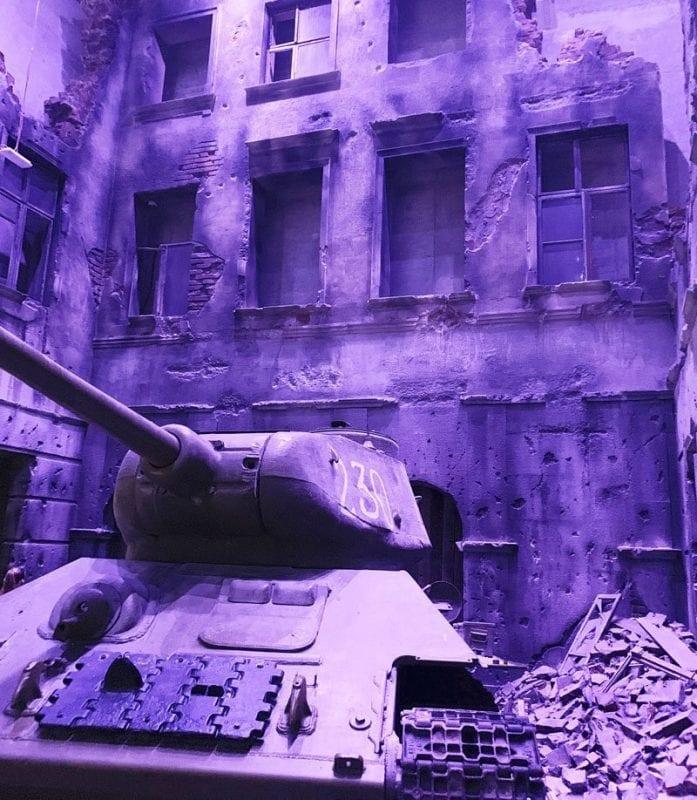 Recreación de una calle polaca durante los bombardeos de la IIGM