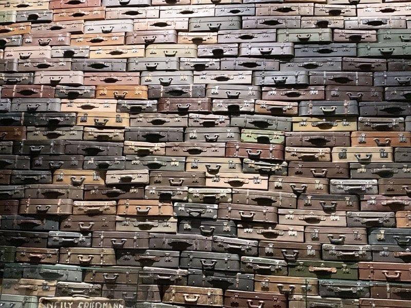 Maletas que simbolizan los ciudadanos fallecidos o huidos en el museo de la IIGM