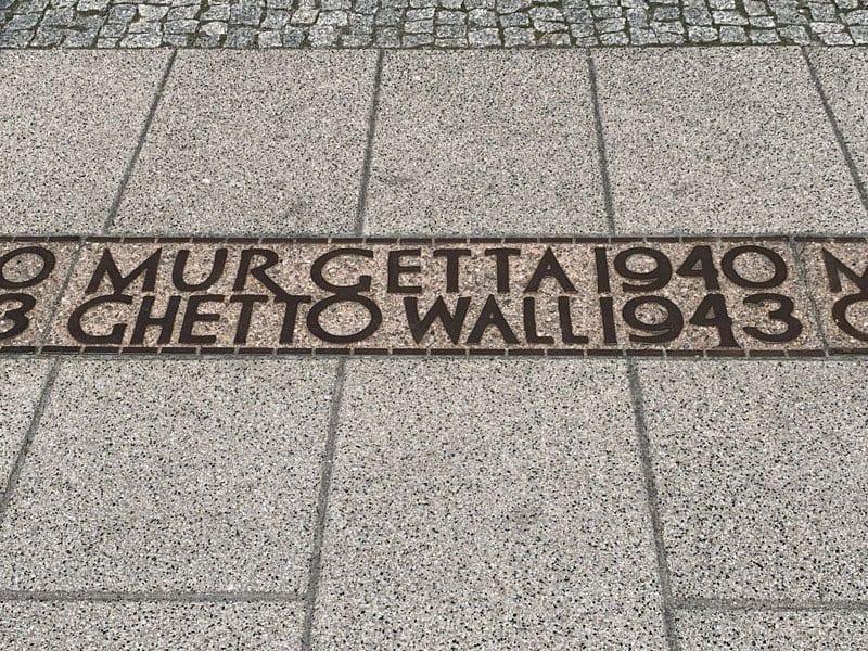 Señal que marcaba la ubicación del muro del ghetto