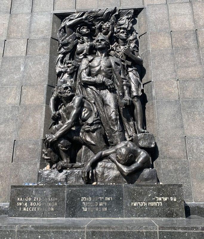Monumento a los héores del Ghetto de Varsovia frente al museo judío