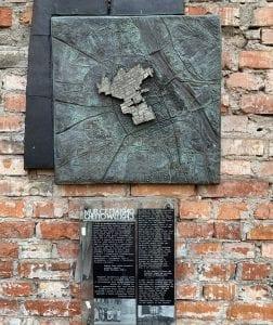 Placa que recuerda cómo era el ghetto de Varsovia