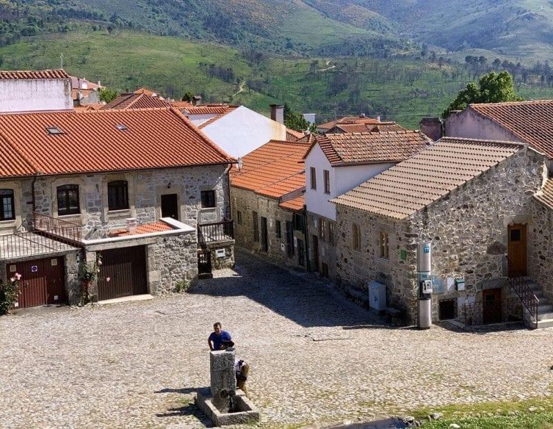 Plaza de la fuente de Linhares