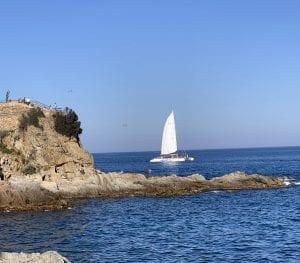 Hay barcos turísticos que recorren toda la costa brava