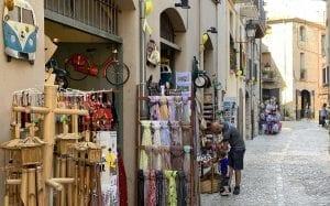 Tiendas de recuerdos en una calle de Besalú