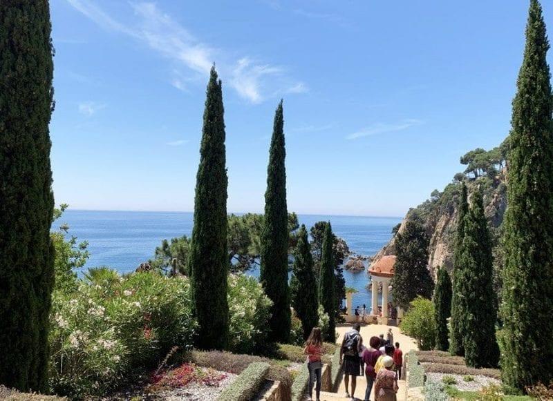 Camino flanqueado por cipreses en el jardín de Marimurtra