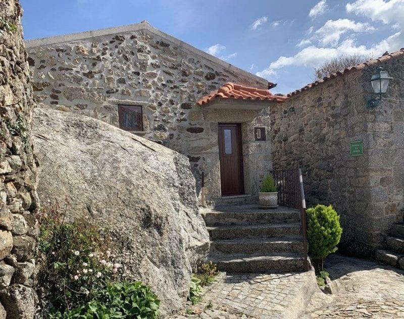 Casa levantada sobre una roca en Linhares