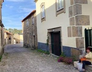 Al atardecer la gente sale al fresco en las aldeas históricas