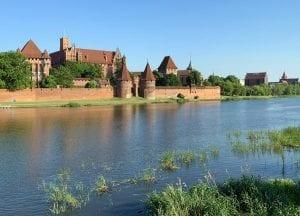 El castillo de Malbork está a orillas del río