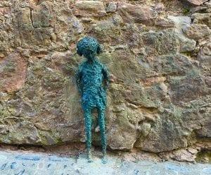 Detalle de una escultura en una calle de Santa Pau