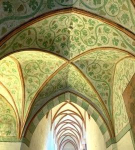 Detalle de un techo ornamentado con frescos