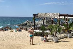 La playa de Sa Boadellla tiene un chiringuito donde tomar algo o sentarse a disfrutar de las vistas