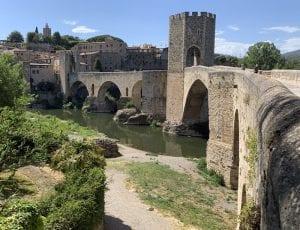 Desde el restaurante Curia Real se ve el puente medieval
