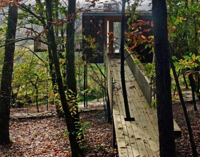 Detalle de una de las cabañas en el árbol donde dormir
