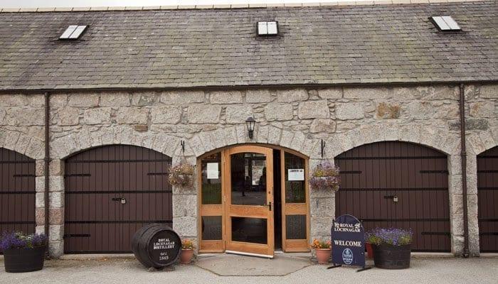 Entrada a la destilería de Royal Lochnagar