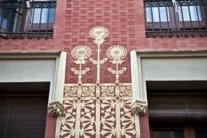 Detalle d ela fachada de la casa Col i Regas en Mataró