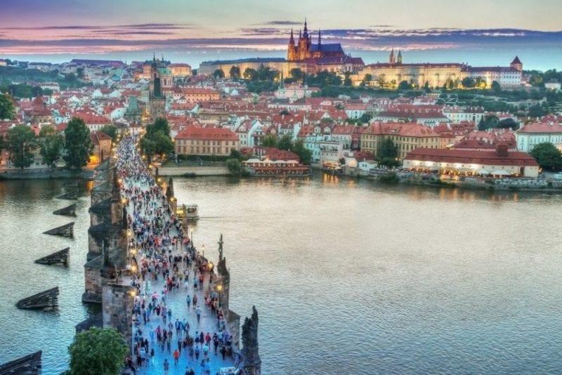Vista panorámica del puente de San Carlos en Praga
