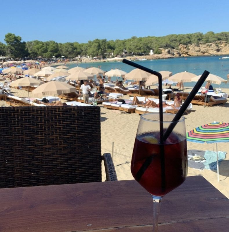 Tomar algo frente al mar es un placer en toda Ibiza