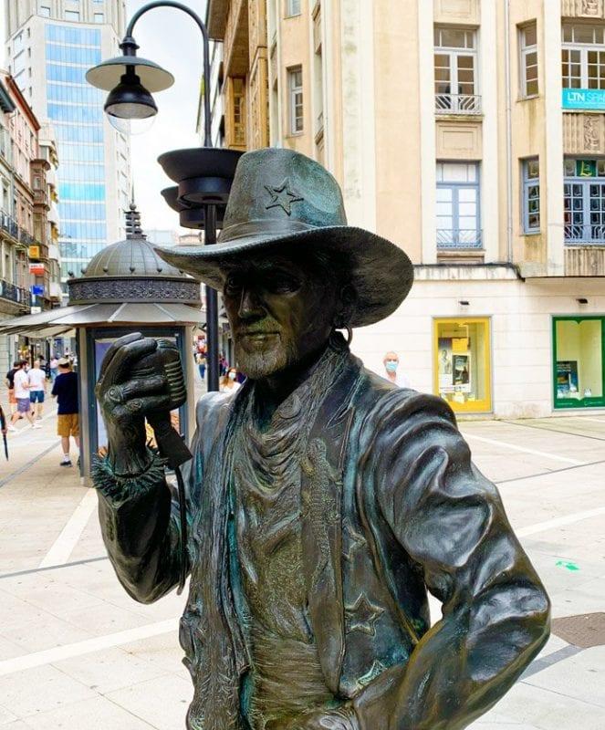 Escultura dedicada a Tino Casal en la calle Palacio Valdés