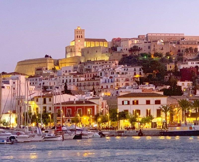 Panorámica nocturna del casco histórico de Ibiza