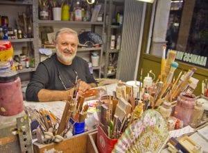 Vicente Benlloc aún pinta sus abanicos a mano