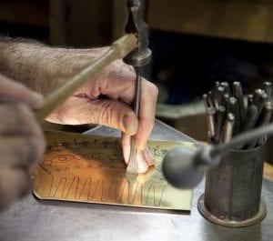Detalle del trabajo a mano de una peineta