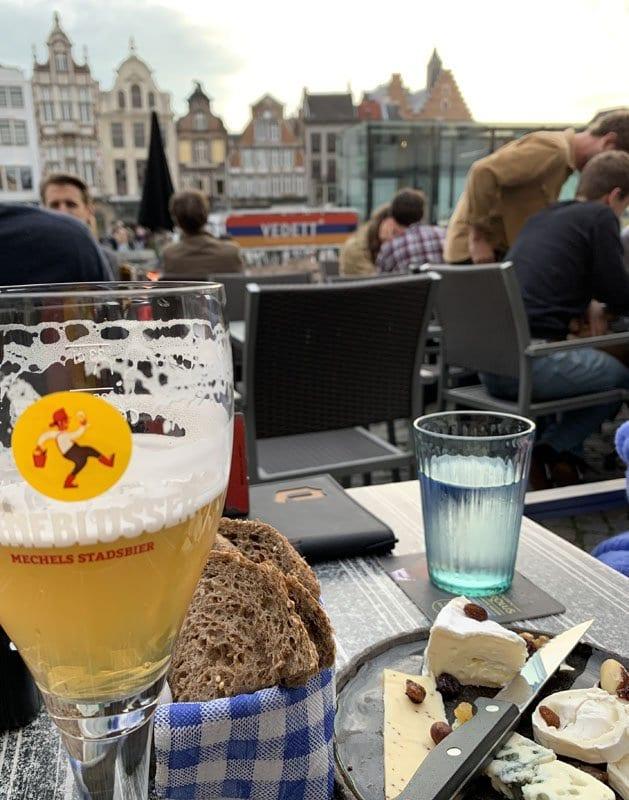 Tomar una cerveza en la Plaza Mayor de Malinas es un placer