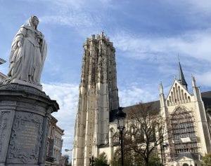 Escultura de Margarita de Austria frente a la catedral de Malinas